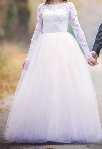 Bajecznie piękna sukienka ślubna z welonem, plus dodatki