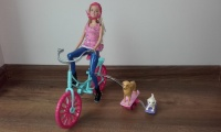 Barbie na rowerze z pieskami
