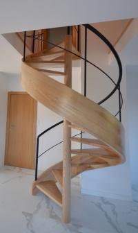 Schody, schody drewniane,drzwi,balustrady