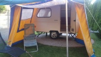 super zadbana przyczepka kempingowa z namiotem
