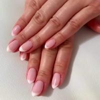 Manicure i pedicure lakierami hybrydowymi