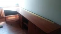 Sprzedam biurko na całą ścianę z półkami i szafkami
