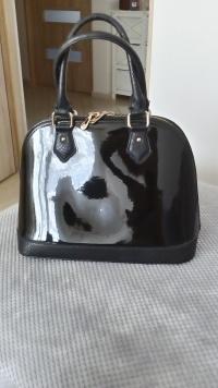 Sprzedam torebkę - kuferek czarną