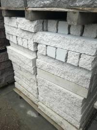 Betonowa palisada łupana wys. 60 cm biała 10 zł/szt