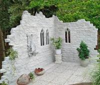 ruiny w ogrodzie