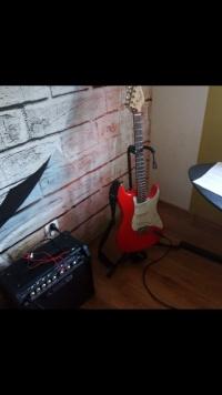 Gitara elektryczna i piec gitarowy