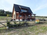 gm. Krzymów, nowy, drewniany dom w otoczeniu przyrody