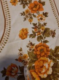 obrus używany biały, w kwiaty brązowe