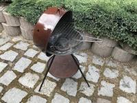 Metalowy grill  węglowy z przykryciem