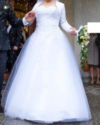 Suknia ślubna koronkowa, dekolt w serce i aplikacje