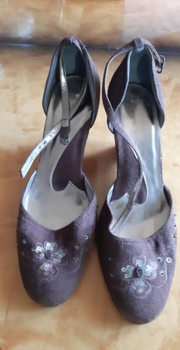 brązowe pantofle na koturnie , zamszowe z ozdobnymi cekinam