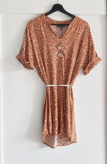 Camelowa sukienka oversize w kremowy wzór