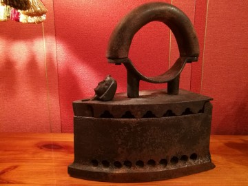 Stare żelazko antyk na węgiel żeliwne